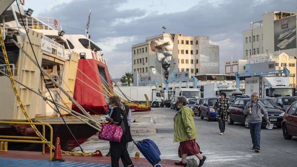 Греков пустили на острова и в кафе