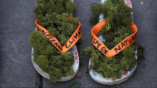 قبيل ساعات من انطلاق مؤتمر المناخ.. الأحذية بديل عن التظاهر في باريس