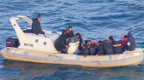 Gefährliche Reise: Migranten strömen im Boot über den Ärmelkanal