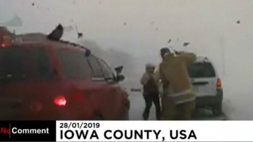 Elképesztő felvétel arról, ahogy majdnem elgázoltak egy amerikai rendőrt