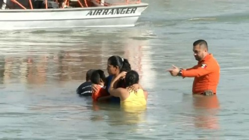 A folyóból mentettek ki bevándorlókat az amerikai határon