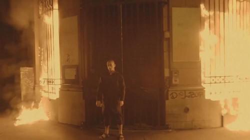 Künstler zündet Bank in Paris an