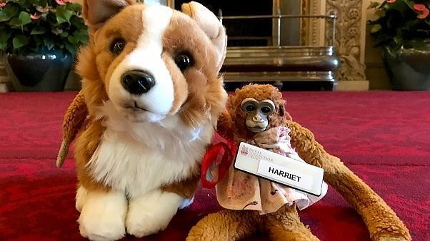 Queen returns lost toy monkey to Australian girl