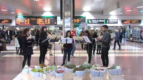 شاهد: موسيقيون يفاجئون رواد محطة القطار بالأزهار والموسيقى في إسبانيا