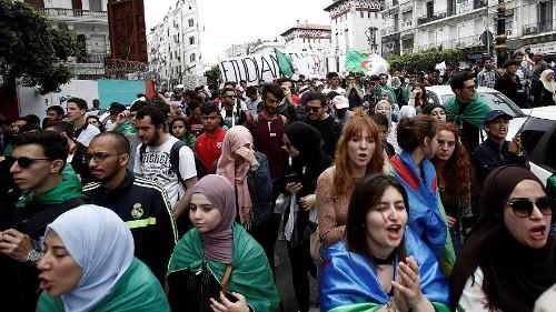 فيديو: آلاف الطلاب الجزائريين يتظاهرون مطالبين باستقالة الرئيس المؤقت