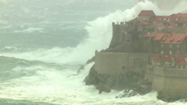 Wetterchaos von Kitzbühel bis Dubrovnik: Rekordschnee und Hochwasser