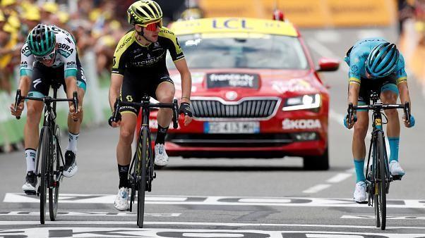 Der Brite Simon Yates gewinnt die 12. Etappe der Tour de France, während der Franzose Julian Alaphilippe das Gelbe Trikot des Gesamtführenden verteidigt.
