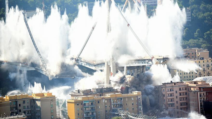 شاهد: تفجير ما تبقى من جسر موراندي الشهير في جنوة بعملية هدم مذهلة