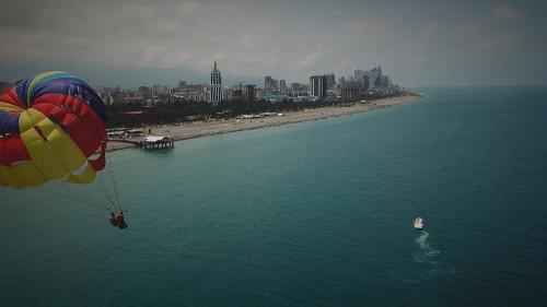 À l'heure où la saison estivale débute, le secteur du tourisme est en pleine effervescence en Géorgie et l'une des destinations les plus dynamiques du pays, c'est Batoumi, une ville au bord de la mer Noire populaire auprès des touristes notamment européens.