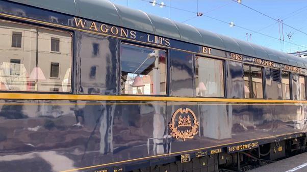 """شاهد: أسطورة القطارات """"قطار الشرق السريع"""" يحط رحاله في محطة ليون الفرنسية"""