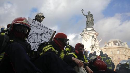 Ça chauffe entre pompiers et policiers français, mêlées et coups de matraques dans Paris