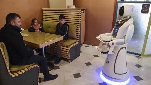 In einem Restaurant in Kabul bedient jetzt ein Roboter die Kunden