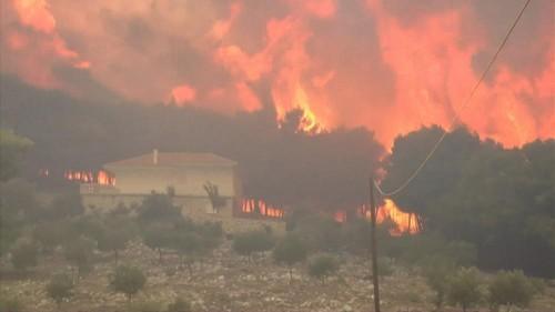 شاهد: الحرائق تلتهم غابات جزيرة زاكينثوس والسلطات اليونانية تقوم بإجلاء السكّان