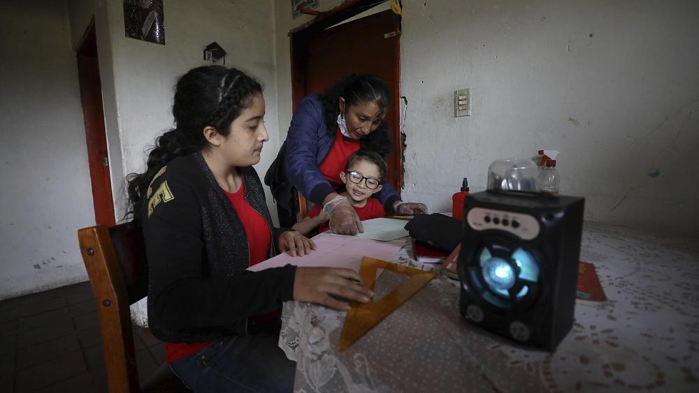 Colombia: el confinamiento obliga los profesores a transmitir sus clases por la radio