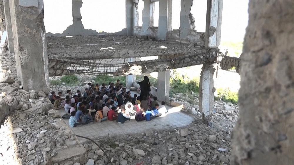 Yemen, studenti a lezione tra le rovine della guerra