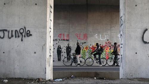 """Calais : une """"Jungle"""" plus sécurisée et humanisée"""