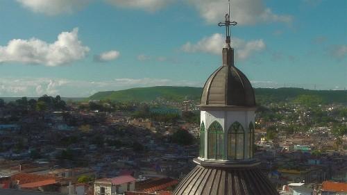 À l'heure où sa capitale La Havane se prépare à fêter ses 500 ans à la fin de l'année, nous découvrons les atouts touristiques de Cuba et en particulier de Santiago de Cuba, ville de musique, de culture - en particulier, européenne - et de nature.