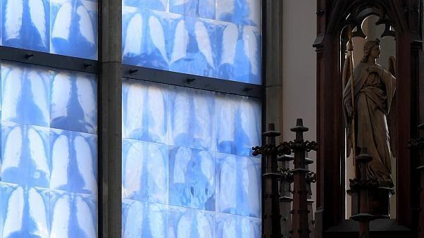 Lungenflügel auf Kirchenfenstern - Künstler sorgt in Münchener Kirche für Novum