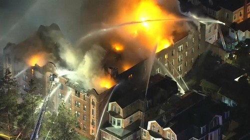 Chamas consomem edifício residencial em Filadélfia