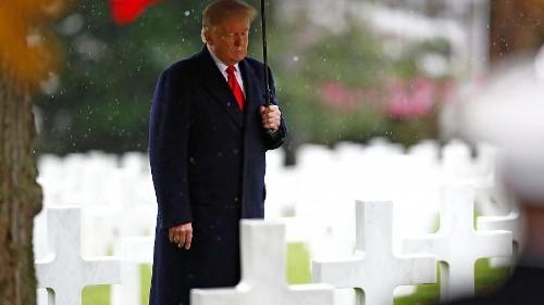 Gúnyt űznek Trumpból, amiért az esőtől félve nem ment el a megemlékezésre