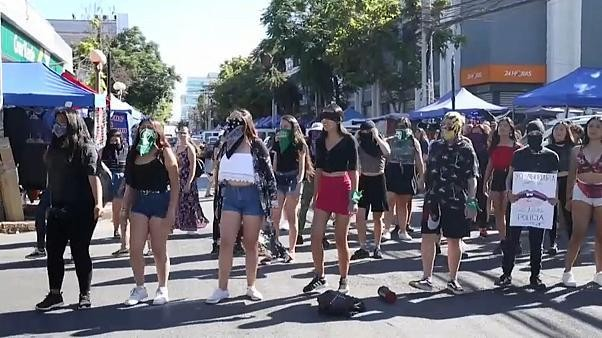 """""""مغتصب في طريقك"""".. نشيد النساء المعنفات من تشيلي إلى كل نساء العالم"""