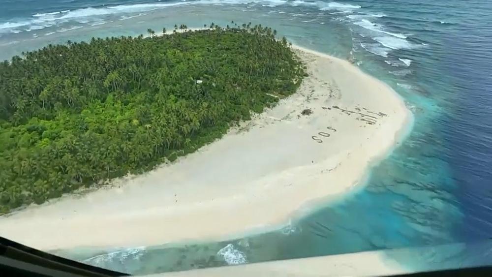 Sauvé par un S.O.S dans le sable au milieu du Pacifique