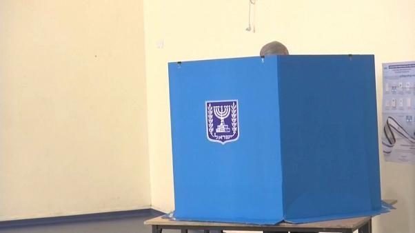 Knappes Rennen bei Wahl in Israel - Likud und Blau-Weiß gleichauf