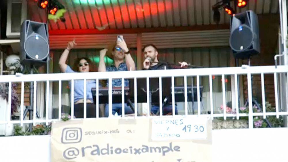 Da klatscht selbst die Polizei: Balkon-Party in Barcelona