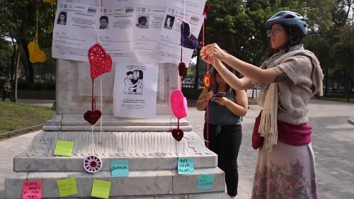 Mexican women knit hearts to honour the memory of those murdered