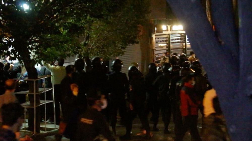 درگیری پراکنده میان نیروی انتظامی و سوگواران شجریان در اطراف بیمارستان جم