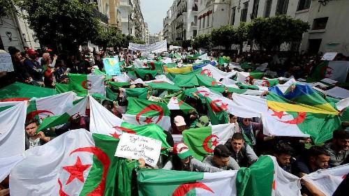 مئات الآلاف يتظاهرون ضد النخبة الحاكمة في عاشر جمعة من الاحتجاجات بالجزائر