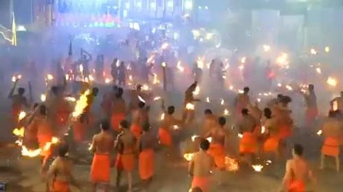 Hindu-Fest mit Palmwedel-Schlacht