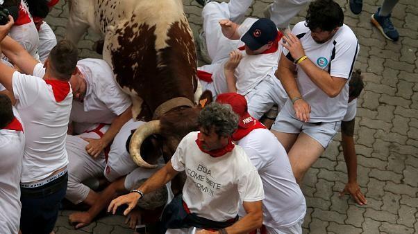 Stierhatz in Pamplona: Bullen nehmen 5 Läufer auf die Hörner