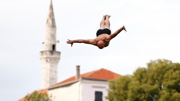 Red Bull Cliff Diving : les plongeons depuis le pont de Mostar en Bosnie
