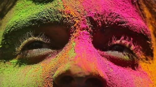 شاهد: الآلاف يحتفلون بمهرجان الألوان في نيوديلهي
