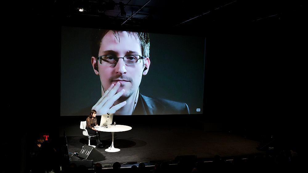 Эдвард Сноуден получил в России постоянный вид на жительство