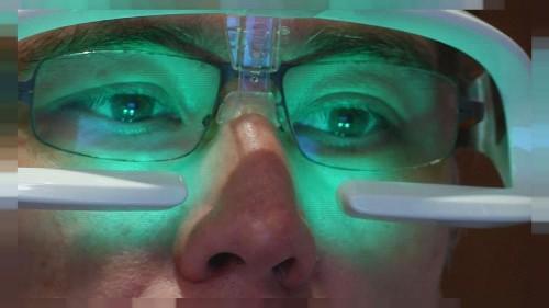 Descubra os óculos que prometem devolver-lhe as boas noites na cama