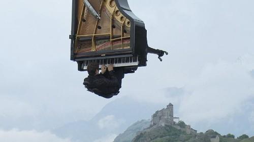 Er spielt Klavier - 7 Meter über der Erde hängend