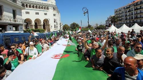 شاهد: آلاف الجزائريين يتظاهرون للمطالبة بالتخلص من النخبة الحاكمة