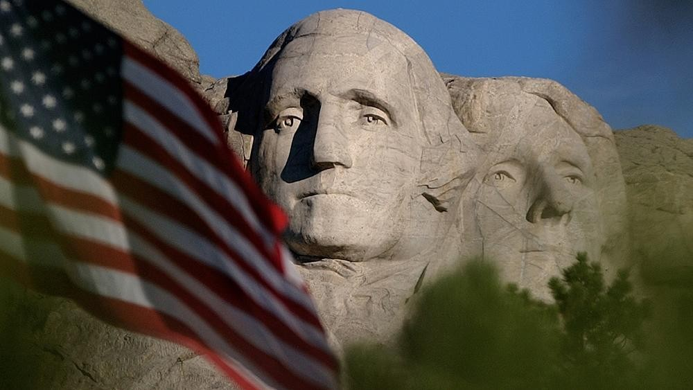En campagne au Mont Rushmore, Trump provoque la colère des Amérindiens