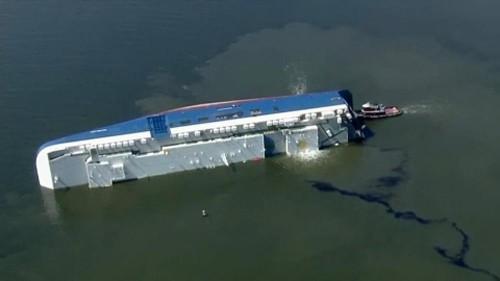 شاهد: إنقاذ طاقمي سفينة حوصروا أسفل سفينة شحن غارقة