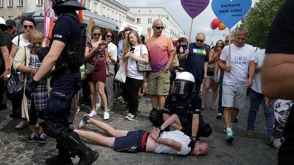 الشرطة البولندية تعتقل 25 شخصا إثر هجمات استهدفت أول مسيرة داعمة للمثليين