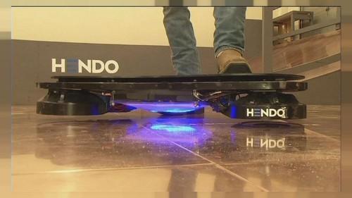 """Mit dem schwebenden Skateboard """"Zurück in die Zukunft"""""""