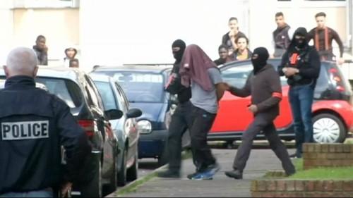 فرنسا: اعتقال شخص يشبه بتورطه في قتل شرطي وشريكته