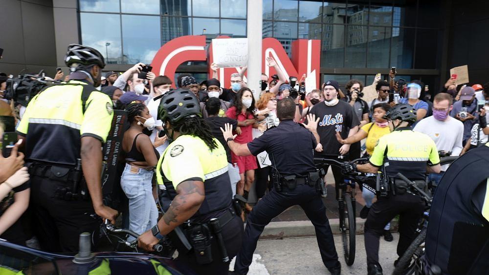 تعرّض صحفيين لإصابات بأعيرة مطاطية ولاعتداءات خلال تغطية المظاهرات في الولايات المتحدة