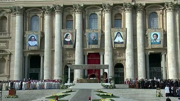 Papst Franziskus spricht fünf Menschen heilig