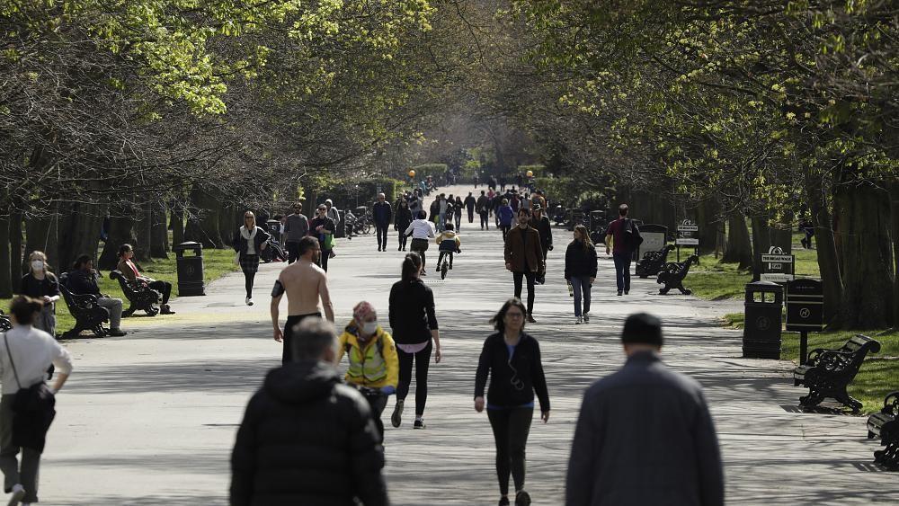 Coronavirus: Londoners scolded as 'thousands' enjoy sun outdoors