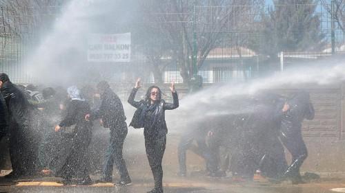 شاهد: الشرطة التركية تفرق متظاهرين أكراد في ديار بكر