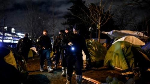 Évacuation d'un camp de migrants parisien : mise à l'abri ou opération de communication ?