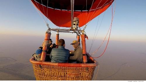 """Ballonfahrt in Dubai: """"Fliegen"""" mit Falken in der Wüste"""